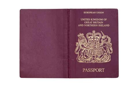 passeport: Couverture d'un passeport ouvert au Royaume-Uni, isol� sur blanc avec chemin de d�tourage