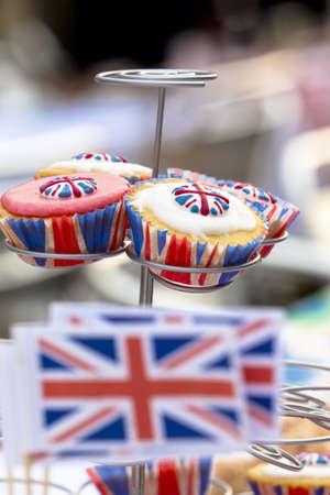 straat feest: Close-up van cupcakes met vakbond vlag poedersuiker en gevallen Selectieve aandacht met mini Unie vlaggen out-of-focus op de voorgrond Genomen op een straat feest voor de Britse Royal Wedding op 29 April 2011