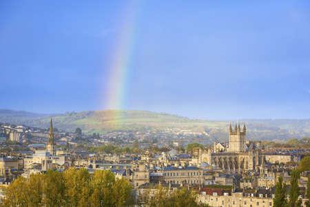 the end of a rainbow: Final de un arco iris en el cielo de Bath en Inglaterra, Reino Unido Foto de archivo