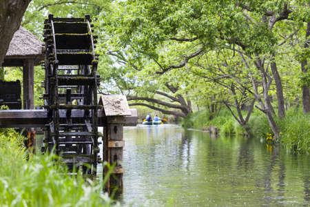 molino de agua: Madera rueda de agua en el río Yorozui, Hokata en Japón Foto de archivo
