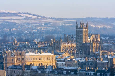 Winter scenic showing Bath Abbey surrounded by Georgian architecture and countryside in Bath, England, UK. Banque d'images