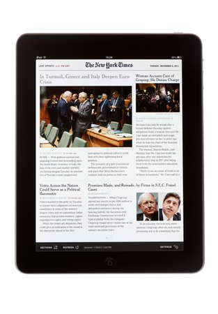 downloaded: Bath, Reino Unido - 8 de noviembre de 2011: El iPad de Apple mostrando la edici�n iPad del diario The New York Times sobre un fondo blanco. El peri�dico puede ser descargado mediante la aplicaci�n Newsstand disponible con el sistema operativo iOS 5 para iP Editorial