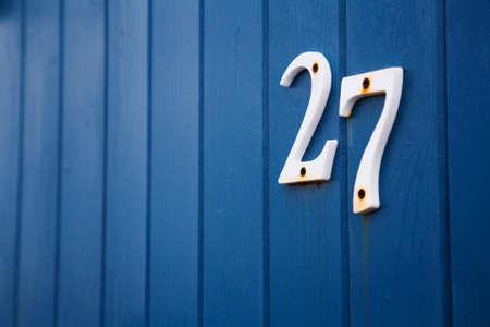 cabane plage: Gros plan sur le num�ro vingt-sept sur le c�t� d'une cabane de plage bleu.