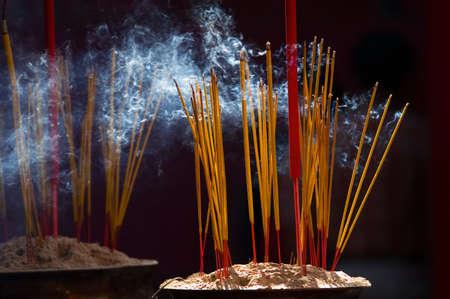 incienso: Ardor palo de incienso en un templo chino en Ho Chi Minh City, Vietnam