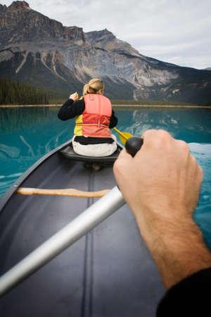 優しくヨーホー国立公園、ブリティッシュ ・ コロンビア、カナダのエメラルド湖でカヌーを漕ぐの視点