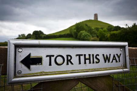 michele: Cartello che indica la direzione di Glastonbury Tor, nel Somerset, in Inghilterra Fuoco sul segno e San Michele