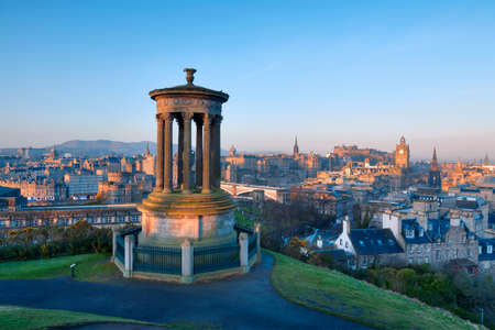 Sunrise view across the city of Edinburgh from Calton Hill Banque d'images