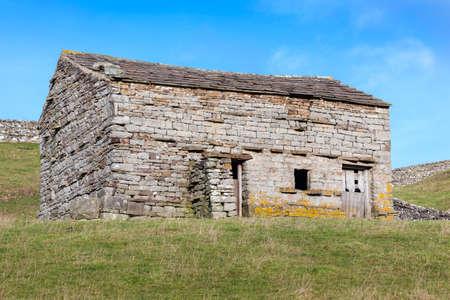 yorkshire dales: Un granero de piedra tradicional en un campo en los valles de Yorkshire, Inglaterra