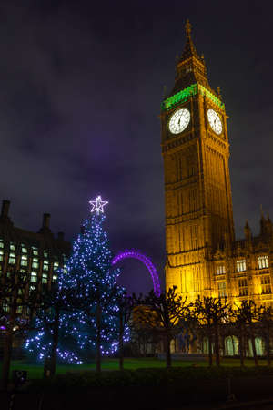 portcullis: Albero di Natale e il Big Ben a Londra, Inghilterra, dicembre 2013