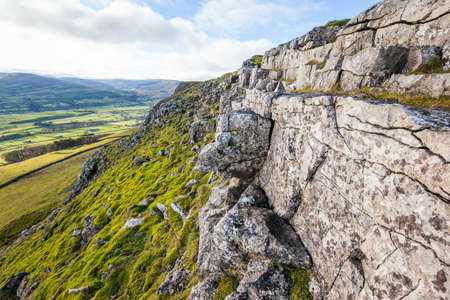 wensleydale: Acantilado rocoso de piedra caliza erosionada en ciervos Fell en los valles de Yorkshire, Inglaterra Valle de Wensleydale se puede ver en el fondo