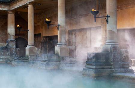 baño: Niebla que se levanta fuera del agua termal caliente en el Gran Baño, parte de los baños romanos en Bath, Reino Unido Editorial