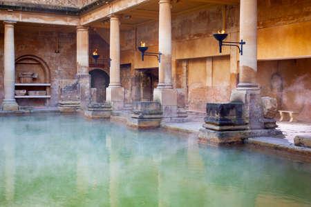 Vapor que se levanta fuera del agua mineral caliente en el Gran Baño, parte de los baños romanos en Bath, Reino Unido