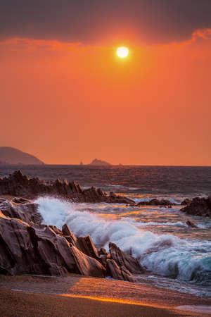 Sunrise view of waves crashing onto the rocks at Slapton Sands, Devon, UK Reklamní fotografie