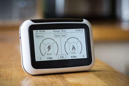 現在の電気・ ガスの使用量を表示するキッチン ワークトップのスマート メーター 写真素材