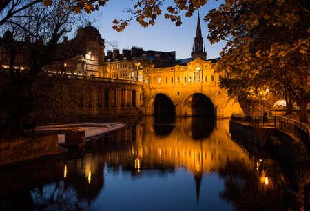 バースのプルテニー橋の夜景, イングランド, イギリス 写真素材
