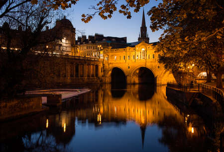 Night time view of Pulteney Bridge in Bath, England, UK 免版税图像