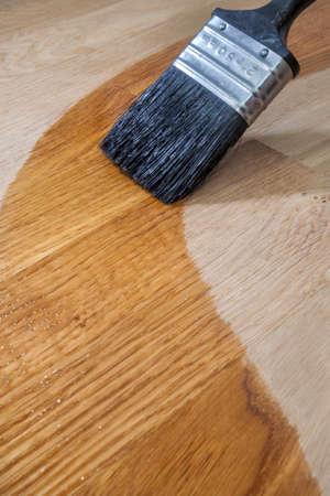 솔리드 오크 표면에 나무 오일을 적용 페인트 브러시의 닫습니다
