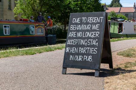 BATH, UK - 30. JUNI 2018: Eine Tafel vor einer Gastwirtschaft am Kennet- und Avon-Kanal, die Junggesellen- und Junggesellinnenabschiede benachrichtigt, dass sie aufgrund des jüngsten schlechten Verhaltens nicht mehr betreten werden dürfen.