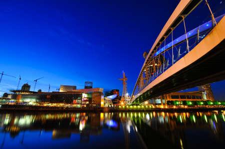 Dynamische architectuur ontworpen moderne corporate buildings in nachttijd met verlichting