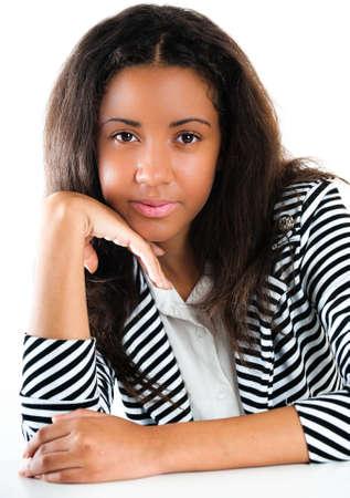 Portrait d'une belle jeune fille adolescente m�tisse, avec de longs cheveux noirs et la peau propre du visage - isol� sur blanc Banque d'images - 10554197