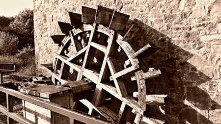 molino de agua: Antiguo molino de agua de madera en el castillo de Bunratty en Irlanda