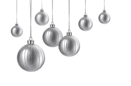 Plata mate bolas de decoraci�n de Navidad colgando sobre fondo blanco