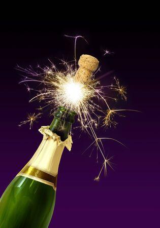 botella champagne: Corcho de botella de Champagne, haciendo estallar con fuegos artificiales espumosos