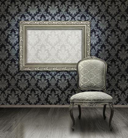 Silla de antig�edad cl�sica y plata revestidos de fotograma en habitaci�n con pared de patr�n de Damasco