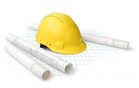 veiligheid bouw: Constructie tekening blauwdrukken en gele helm, geïsoleerd