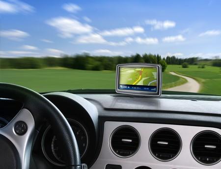 Navegaci�n de auto de GPS cuando viajan en carretera de campo