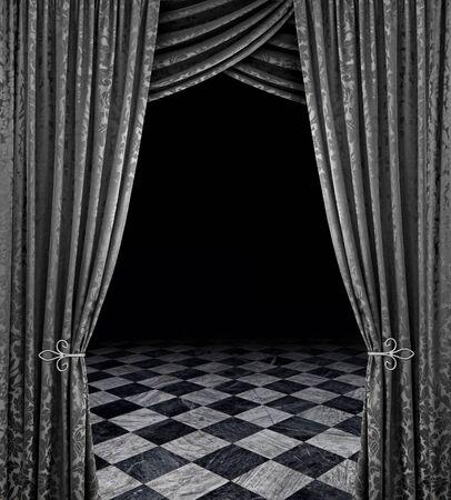 cortinas: Cortinas plata revelan un escenario abierto con suelo de m�rmol a cuadros  Foto de archivo