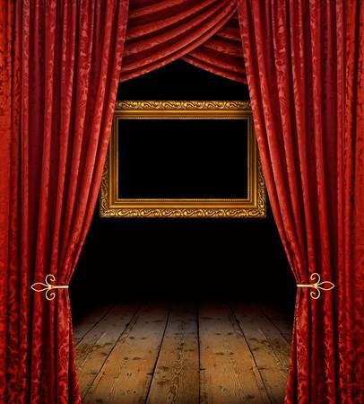 cortinas rojas: Cortinas de etapa rojo revelan marco dorado y piso de madera vieja  Foto de archivo
