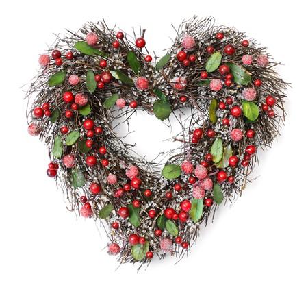 Guirnalda de Navidad con frutos rojos en forma de coraz�n y hojas de verde sobre fondo blanco