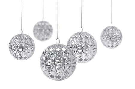 Bolas de Navidad plata brillantes, colgando, aisladas sobre fondo blanco