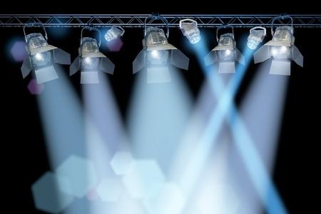Professionelle Bühnen-Spotlight-Lampen-Rack auf schwarzem Hintergrund Standard-Bild