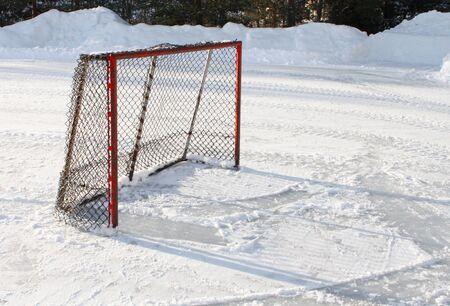 Objetivo de hockey sobre hielo en la pista de hielo de estanque Foto de archivo