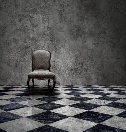 Stuhl: Antikes Stuhl in rauen Patina Silber Wand- und karierte Marmorboden Zimmer Lizenzfreie Bilder