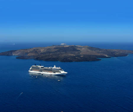paisaje mediterraneo: Crucero de lujo en la caldera de volc�n de Santorini azul