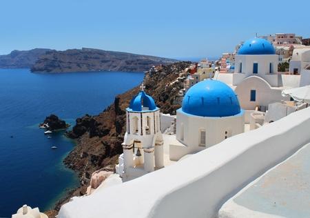 Santorini caldera con vistas al mar, torres de las iglesias y c�pulas azules Foto de archivo