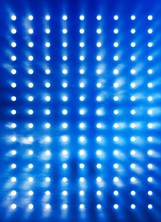 Escenario de rock focos fondo borroso por el efecto de humo azul