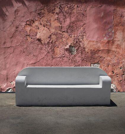 plaster wall: M�rmol blanco de piedra sof� en el fondo agrietado la pared de yeso Foto de archivo