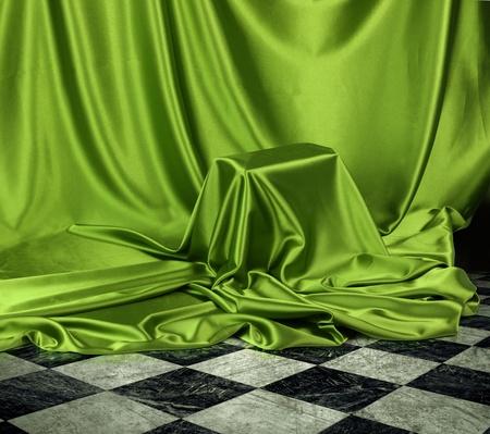 discreto: Algo secreto velado en tela de paño verde de satén de seda