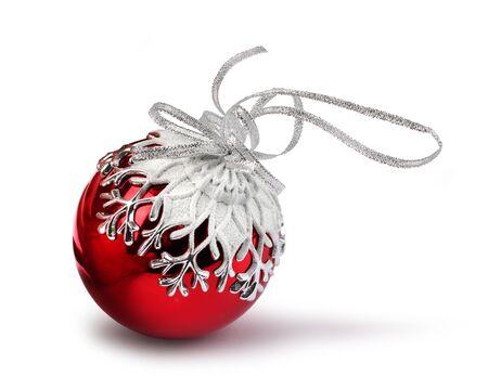 Rode Kerst bal met sneeuwvlok decoratie, geïsoleerd op wit Stockfoto