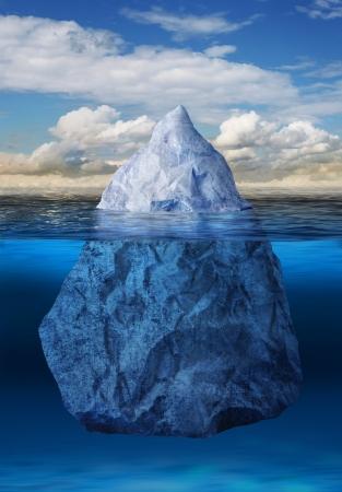 Iceberg drijvend in blauwe oceaan, opwarming van de aarde concept van