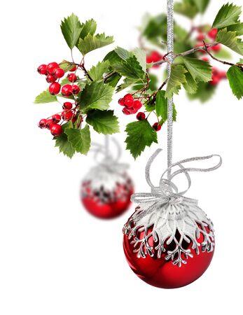 Red Weihnachtskugeln mit Weißdornbeeren Zweig, isoliert auf weiß