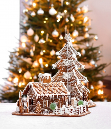 Gingerbread cottage house and Christmas tree home interior background Banco de Imagens