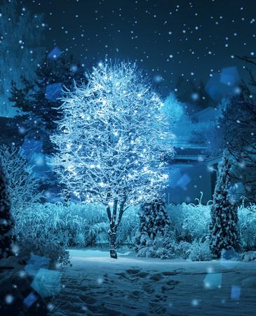 Verlichte boom decoratie in Kerstmis fantasie wintertuin sneeuwval Stockfoto
