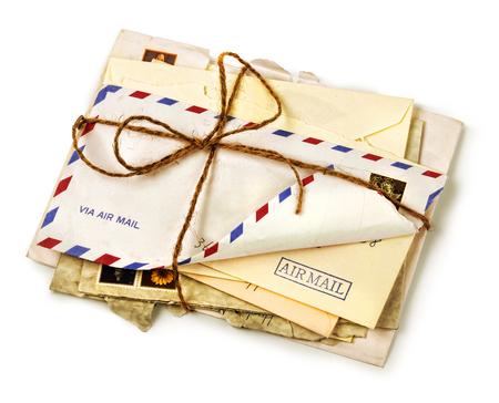 Stapel oude overzeese luchtpost letters verbonden met een draad