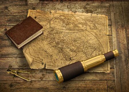 Alte Seekarte mit Teleskop und Logbuch