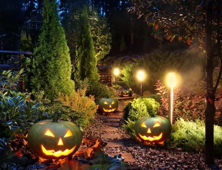 iluminacion: Patio de luces de ruta jardín de casa iluminados con linternas de calabaza de halloween Foto de archivo